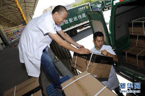 内,工作人员将出库药品装车-宁夏中邮物流助力药品统一配送保证